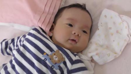 大宝宝逗小宝宝玩耍, 好可爱的两个宝宝, 太萌了!