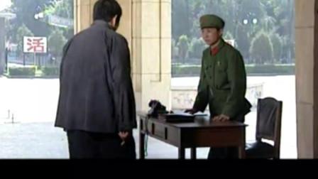 军歌嘹亮: 大奎发现逃兵高权和秋英在楼上谈话, 赶快报告高大山