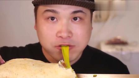 韩国小哥吃彩虹芝士披萨, 看着味道不怎么样, 但donkey吃得很大口