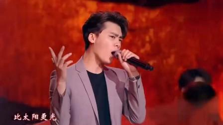 2019央视元旦晚会李易峰演唱《男儿当自强》硬汉铁骨铮铮!