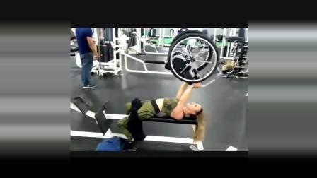 截瘫美女长健身房强悍举起轮椅, 霸气十足