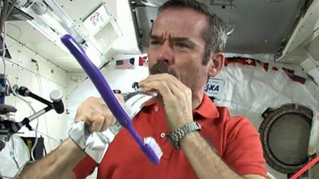 宇航员是怎么刷牙的? 外国宇航员亲身演示, 刷完直接吞!