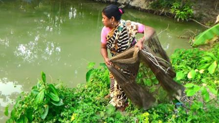 新年新气象, 农村大妈用鱼网捕鱼, 这一网下去能收获多少鱼呢