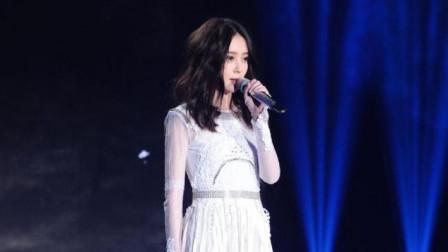 汪小敏凭借精湛的唱功, 将《蝴蝶吻花山》温婉动情的演绎