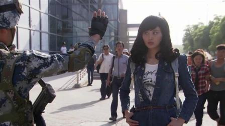 美女走路姿势太霸气了,被连长一眼看出是军人,美女彻底慌了!