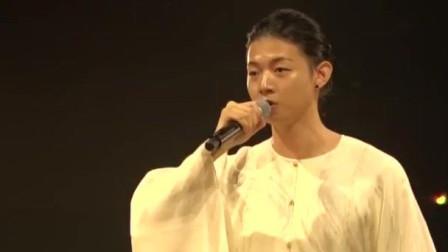 著名青年歌唱家霍尊日本演唱, 竟是日文歌, 一袭长袍太美了