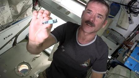 为什么宇航员在上太空前, 要把指甲拔掉? 看完才知道后果有多严重