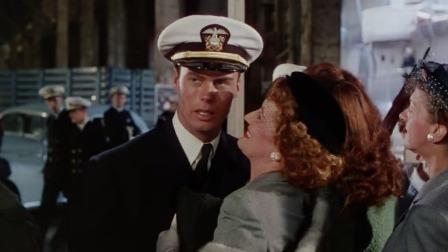 美国海军一下船,迫不及待见女朋友,下一秒竟被老妈抱在怀里!
