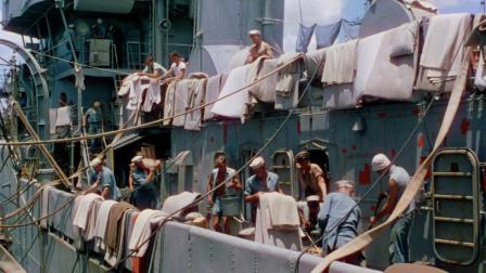 美国新兵登上凯恩号战舰,抬头一看,为何战舰上晒满了衣服!