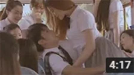 小学弟在公交车上被学姐们揩油, 下车以后, 慌乱中竟然跑到了女更衣室