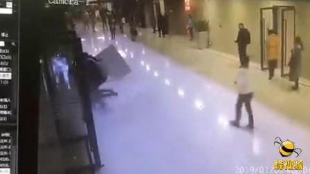 广东佛山: 可怕! 闹市区巨型墙砖从天而降 路过女子当场被砸倒