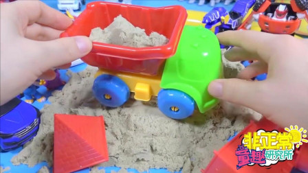 【非正常玩具实验室】小猪佩奇在沙滩制作沙雕