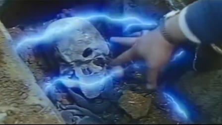 老头迁坟无数,谁料这次棺材主人把他难到,尸骨上自带雷电