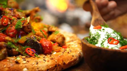 户外食堂 — 非常不寻常的森林鸡肉披萨咖喱配蔬菜和蘑菇!