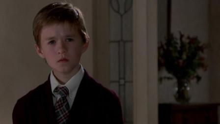 男孩说他能看到鬼魂, 起初心理医生不信, 直到最后医生越发觉得不对劲后, 他崩溃了
