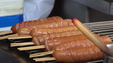 深夜放毒: 香港街头烤串, 香肠也是一刀一刀片出花来烤
