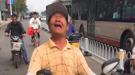 天津网红大爷唱伤感歌曲, 没想到他唱的还挺好听, 厉害了!