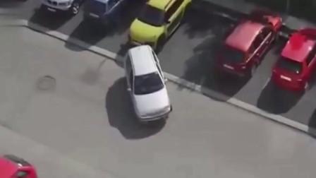 这位女司机又火了, 后车实在看不下去了, 她驾照怎么考出来的?