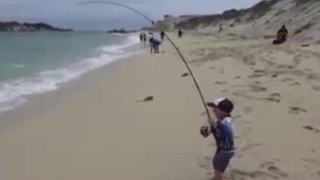 实拍: 3岁娃海边钓鱼架势十足, 娇小身躯扛住钓竿力搏大鱼上岸!