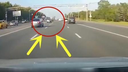 摩托车男子骑车在路上, 下一秒画面真是不忍直视