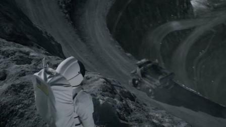 宇航员登陆到月球背面, 发现一个巨坑, 里面比他想象的要可怕!