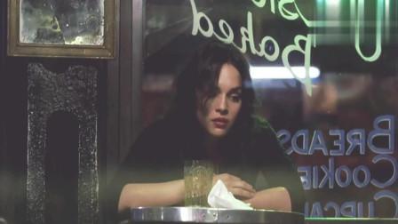 蓝莓之夜: 美女来到咖啡馆, 并向帅哥要了支烟