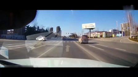 小车与警车碰撞在一起, 车子直接转几圈, 人都飞出来了!