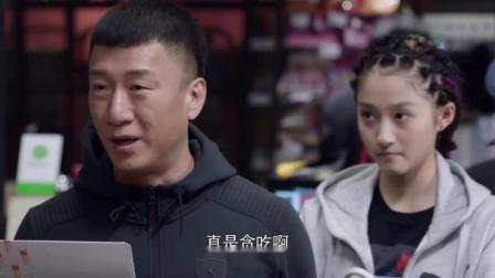 穷小子在超市购物,突然发现钱不够,女总裁出现直接替他结账!