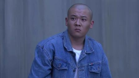 兄弟车行: 师傅出狱了, 泉子来接他, 两人拥抱在一起, 一句话没说