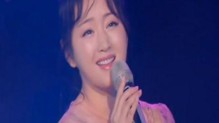 杨钰莹一曲《轻轻的告诉你》, 唱出了爱情的单纯美好, 沁人心脾