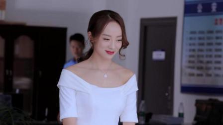 女警脱下警服,穿上高跟鞋和白色连衣裙,披着头发的样子太美了!