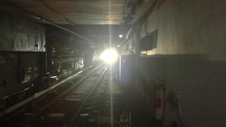 钻到隧道里面看地铁, 黑暗中列车飞驰而过!