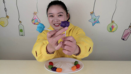 """妹子品尝""""河马棒棒巧克力"""", 五种颜色多种口味, 味美香甜超好吃"""