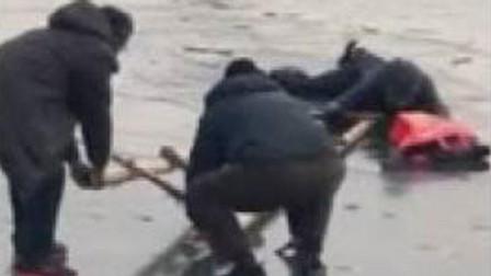 男子掉入冰窟窿路過市民拿梯子救人