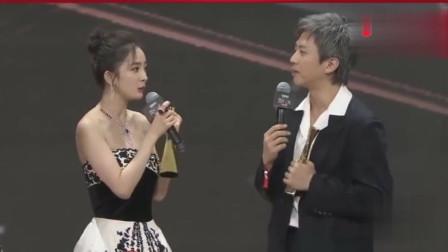 微博之夜杨幂和邓超同台领奖, 看两个段子手在一起, 观众都笑趴了