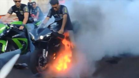 几个小伙完太嗨, 摩托车都能起火