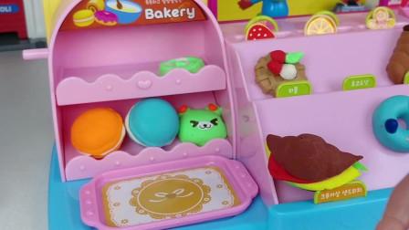 芭比娃娃带着宝宝来小恐龙的甜品屋了, 它家的小蛋糕可真好吃