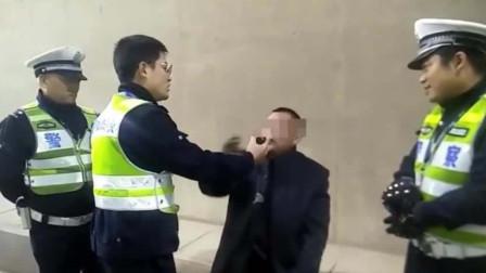 可恶! 男子酒驾遇查想逃, 竟拖行交警二十米!