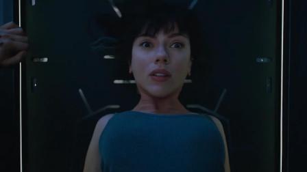 身体被炸得只剩脑袋, 推上手术台, 将其改造成半人半机器女英雄!