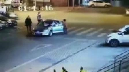 监控实拍:这个出租车倒血霉了...