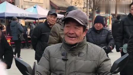 天津网红大爷一出门就被围观, 接下来竟挑战这首歌, 路人都叫好!