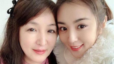 王晓晨公开妈妈照片, 皮肤白皙年轻漂亮, 母女俩同款瓜子脸超吸睛