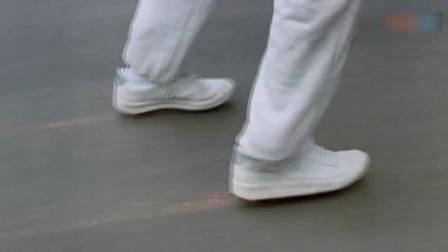 卷毛追匪徒学大哥抓货车,结果脚下没有滑板,双脚被磨的冒烟