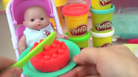 给婴儿娃娃做一个小蛋糕, 吃的可开心了, 真是太棒了