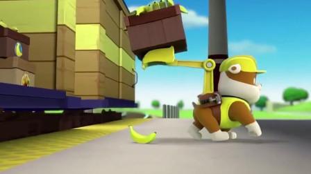 汪汪队立大功: 小砾掉落一根香蕉, 猴子从车厢里跳出来把香蕉吃了