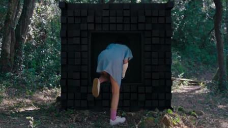 树林里多了一个黑盒子, 行为怪异, 爬进里面一看, 却让她感到害怕!