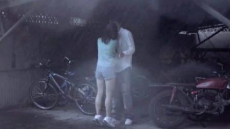 乘着躲雨间隙,妹妹竟然强吻了姐姐男朋友?!