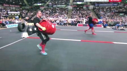 大力士特里·霍兰兹VS亚当希伯来英国大力士比赛中的对决