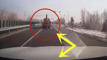 大货车司机开车路上随意变换车道, 下一秒悲剧发生了