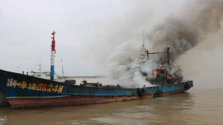 渔船整修时电焊引发大火 借风势猛烈燃烧